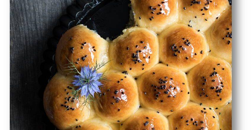 odrywane bułeczki z fetą miodem czarnuszką