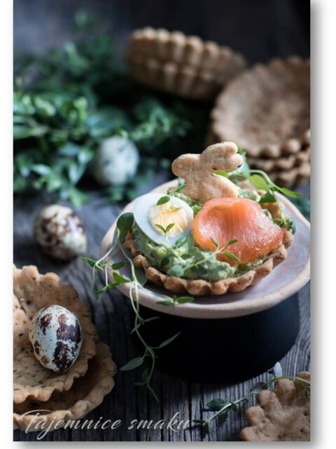 tymiankowe tartaletki z awokado i łososiem