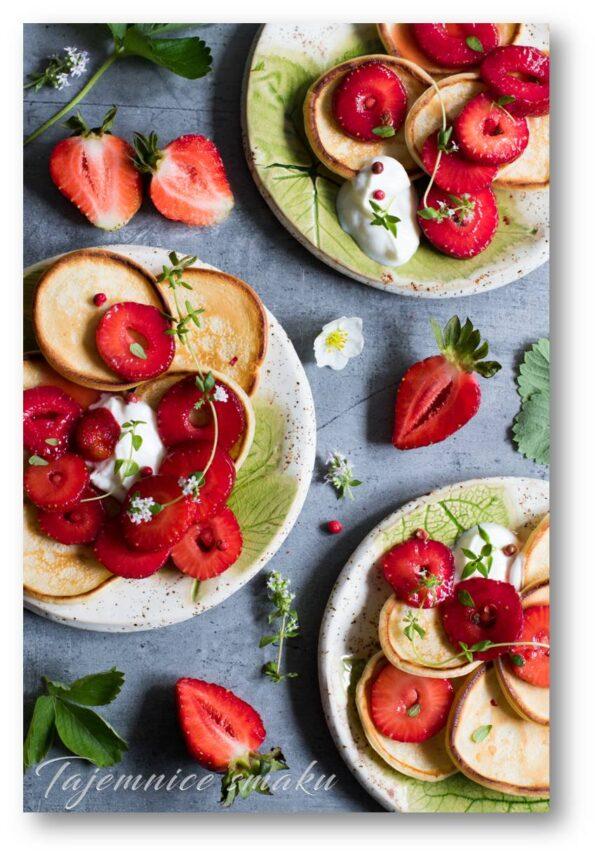 mini pancakes macerowane truskawki w miodzie z pieprzem