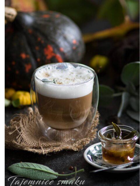 kawa latte z syropem klonowym